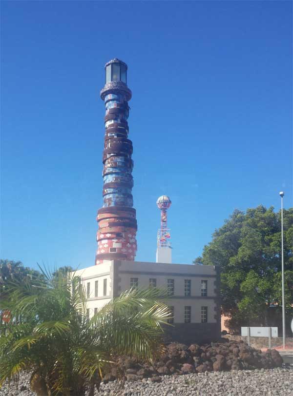Kreisel Leuchtturm San Agustin - internationales Einkaufszentrum.