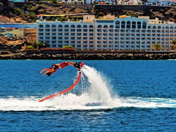 Luis Molina flyboard vattensport vid Anfi-stranden, Patalavaca